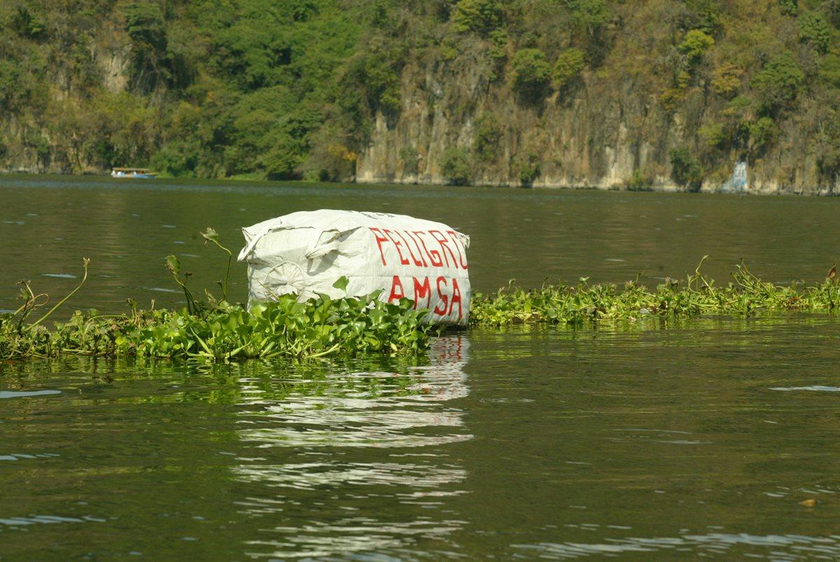 El lago de Amatitlán recibe desechos sólidos y aguas residuales sin tratamiento de los municipios vecinos (Foto Prensa Libre: Hemeroteca PL).