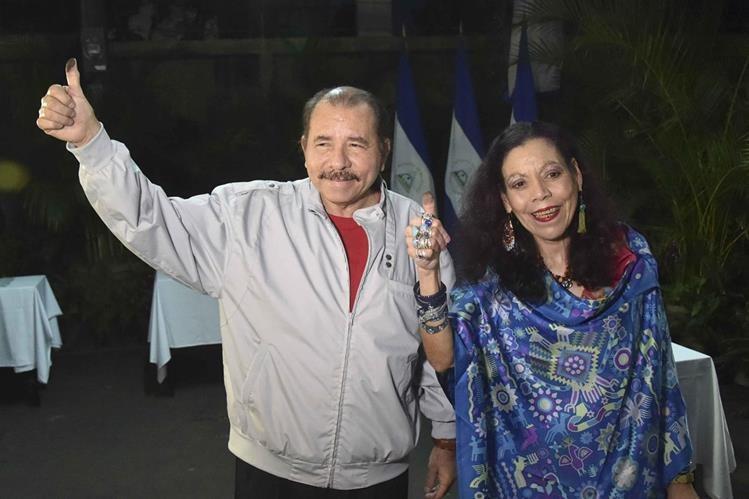 Daniel Ortega, y su esposa, Rosario Murillo (d), posan después de votar en las elecciones donde gano la reelción. (Foto HemerotecaPL).