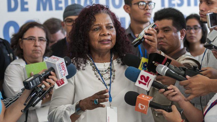 Daysi George (c), representante de la Alianza Cívica, habla al termino de las distintas mesas de negociación del Dialogo Nacional (Foto Prensa Libre:EFE).