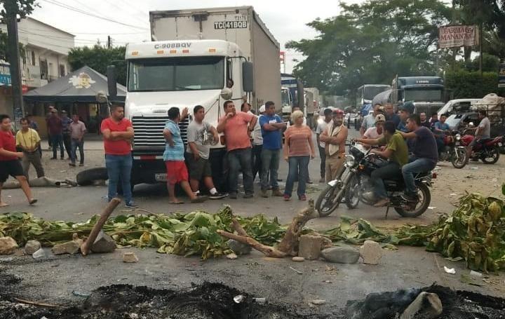 Unos 200 pobladores de Los Amates, Izabal, mantienen bloqueada la ruta al Atlántico. (Foto Prensa Libre: Dony Stewart)