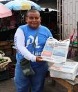 Vilin Fernando Jordán vende periódicos en la cabecera de Chiquimula. Se dedica a ese oficio por la falta de empleo formal. (Foto Prensa Libre: Mario Morales)