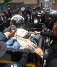 Momento en que la PNC conduce a los tres detenidos hacia el Juzgado de Turno. (Foto Prensa Libre: Cortesía)