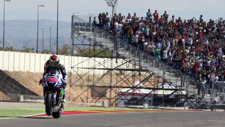 Jorge Lorenzo, enfila la recta de meta para proclamarse vencedor en la carrera del Gran Premio Aragón de MotoGP. (Foto Prensa Libre: EFE)