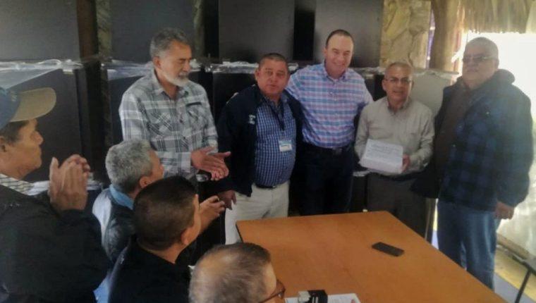 El ministro de Agricultura Ganadería y Alimentación, Mario Méndez Montenegro se reunió con Gobernadores y delegados de ese ministerio debido a que el miércoles empiezan a distribuir los vales a damnificados de la canícula prolongada. (Foto Prensa Libre: tomada de Twitter)