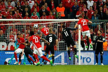 Arturo Vidal anota el gol del Bayern Múnich.
