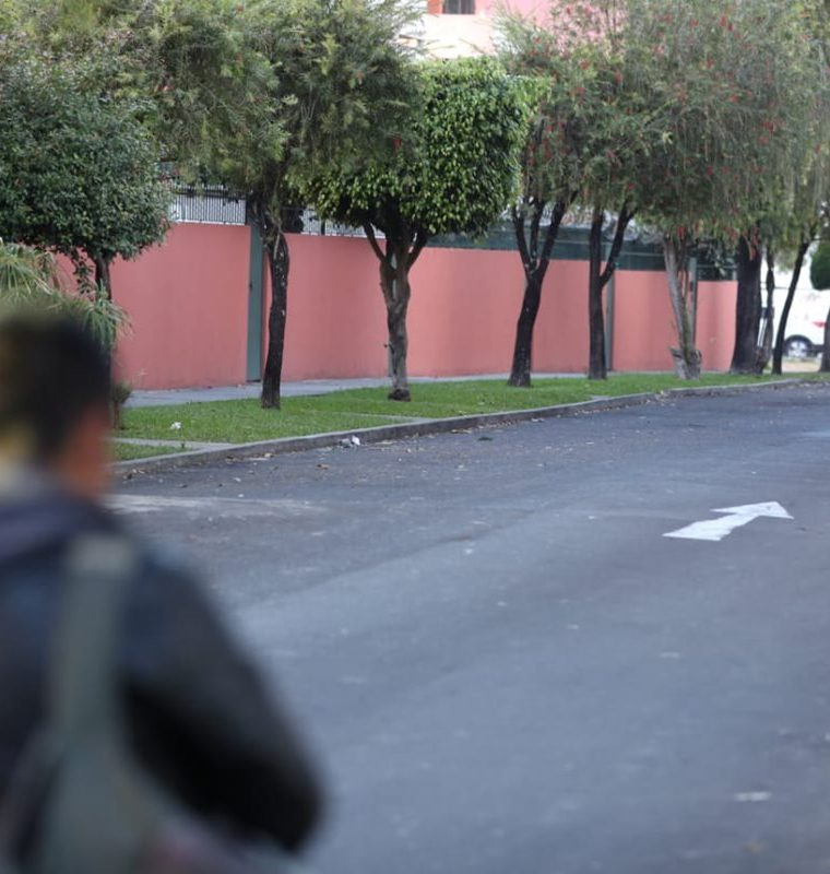 Agentes de la PNC permanecen en el lugar del hallazgo. (Foto Prensa Libre: Carlos Hernández)