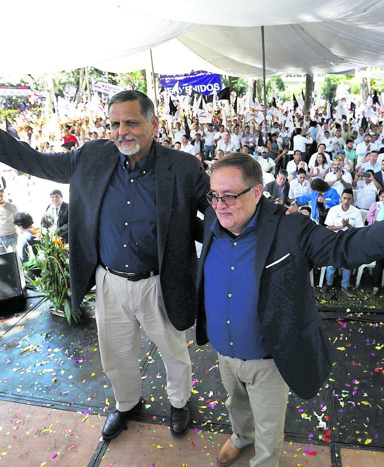 Mauricio Radford (derecha) y Manuel Abundio Maldonado (izquierda) son proclamados candidatos a la presidencia y vicepresidencia respectivamente,  durante la asamblea Nacional del partido político Fuerza actividad que se llevó a cabo en las instalaciones del Parque de la Industria. (Foto Prensa Libre: Hemeroteca PL)