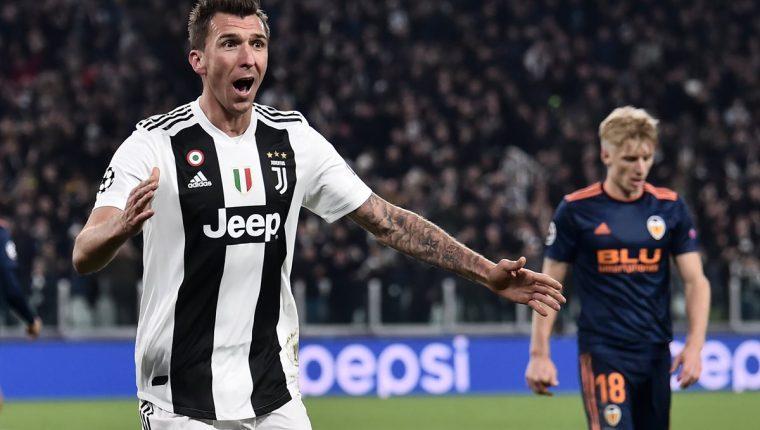 El delantero croata Mario Mandzukic celebró así después de anotar el gol que le dió la victoria a la Juventus sobre el Valencia. (Foto Prensa Libre: AFP)