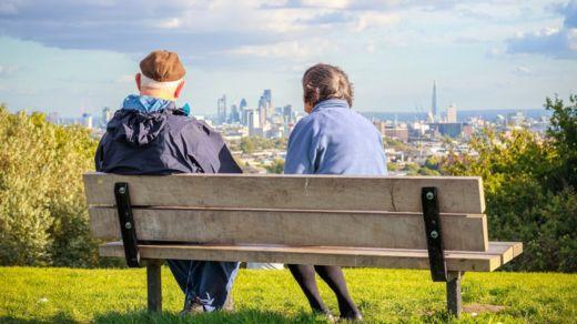 Los habitantes de la ciudad viven más que los del campo y, de mayores, son más felices. GETTY IMAGES
