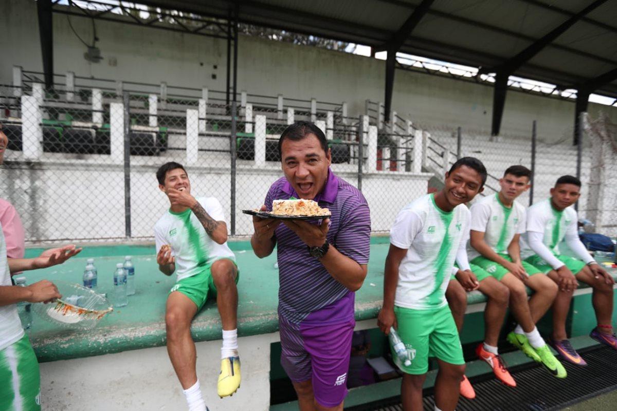 El técnico argentino Mauricio Tapia festejó su cumpleaños con sus jugadores en el estadio Pensativo. (Foto Prensa Libre: Francisco Sánchez)