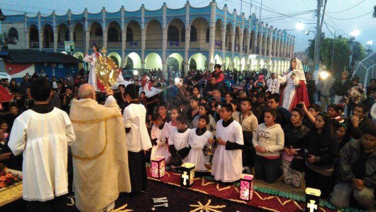 Decenas de vecinos de El Tejar, Chimaltenango, presenciaron los acatamientos de ángeles que se efectúa cada Domingo de Resurrección. (Foto Prensa Libre: César Pérez Marroquín)