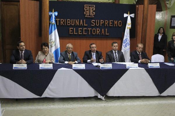 El Pleno de magistrados del TSE, en el momento de anunciar la suspensión de 11 partidos políticos, por no retirar la campaña electoral anticipada.