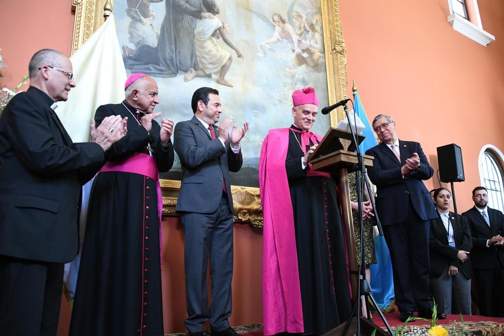 El nuncio apostólico, en el acto del martes último por el quinto año de pontificado de Francisco, acompañado del presidente Jimmy Morales, el vicepresidente Jafeth Cabrera.