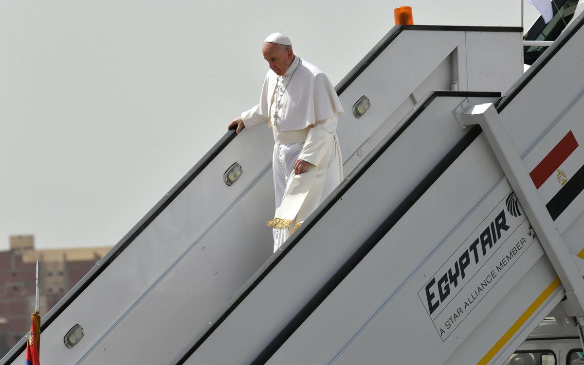 El papa Francisco arriba a Egipto. lleva un mensaje de reconciliación entre religiones. (Foto Prensa Libre: AFP)