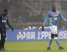 El defensor senegalés del Nápoli Kalidou Koulibaly recibió insultos racistas durante el encuentro contra el Inter de Milán. (Foto Prensa Libre: AFP).