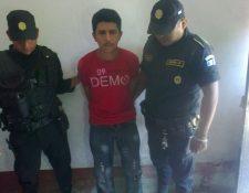 Óscar Antonio Escobar Cruz, el coca, fue capturado en la calle principal de la aldea Guatalón, Río Bravo, Suchitepéquez. (Foto Prensa Libre: Omar Méndez)