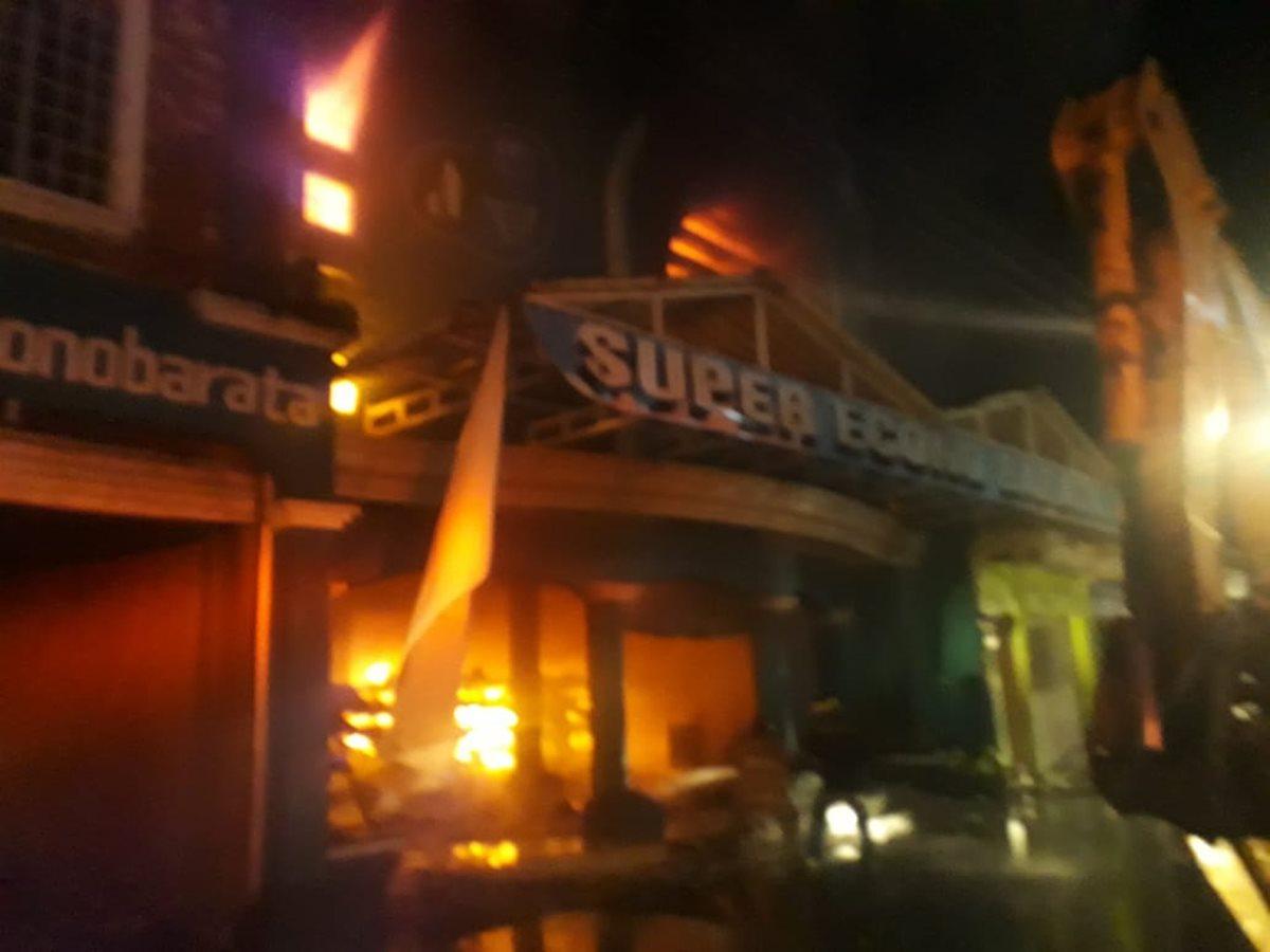 Un incendio se registró en la madrugada de este lunes, 2 de julio, y dejó pérdidas valoradas en Q200 mil. (Foto Prensa Libre: Enrique Paredes)