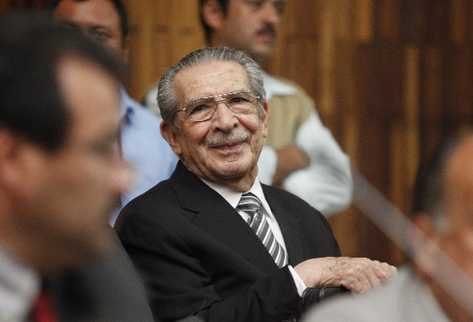 Efraín Ríos Montt mostró su alegría, al escuchar el fallo que anuló el juicio. (Foto Prensa Libre)