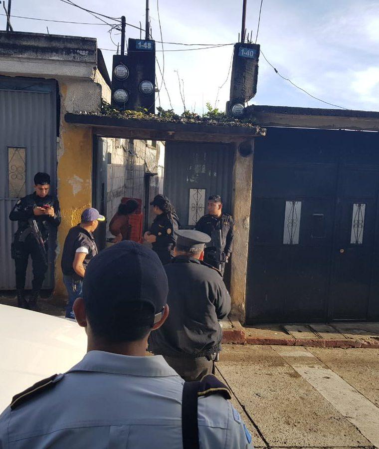Uno de los sectores donde se llevan a cabo los allanamientos en Santiago Sacatepéquez. (Foto Prensa Libre: PNC).