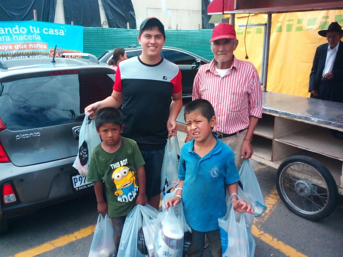 El abuelo y sus nietos junto a personas que le brindó ayuda. (Foto Prensa Libre: Cortesía Glenda de Hernández).