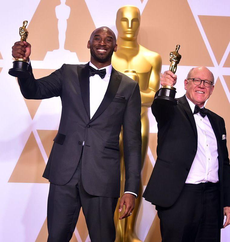 Kobe Bryant y Glen Keane se mostraron felices por ganar la estatuilla más deseada.. (Foto Prensa Libre: AFP)