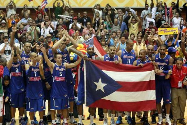 Los jugadores de Puerto Rico celebraron tras vencer al equipo de México en la final de baloncesto en los 21 Juegos Centroamericanos y del Caribe, en Mayagüez. (Foto Prensa Libre/EFE)