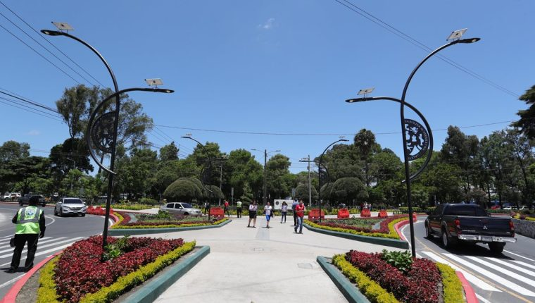En el ingreso a la Usac, zona 12, por el anillo Periférico Sur hay ocho luminarias que funcionan con panales solares. (Foto Prensa Libre: Estuardo Paredes)