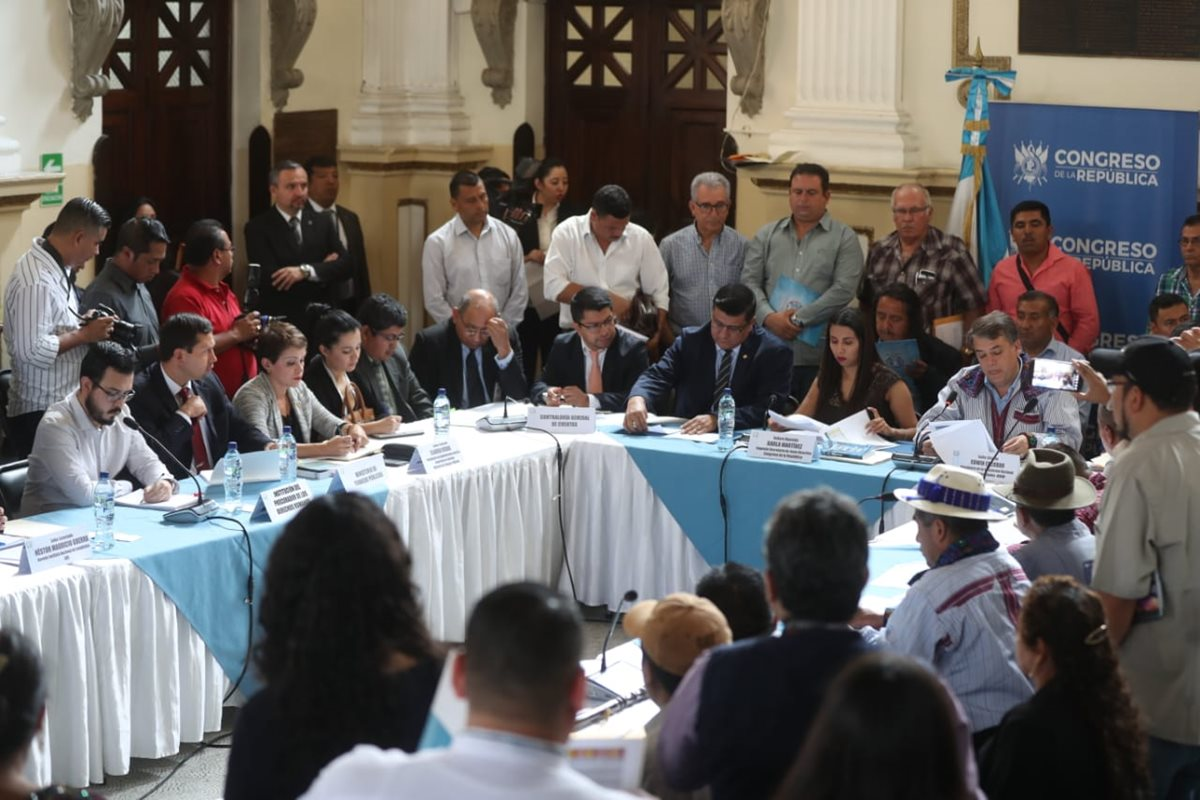 Alcaldes y el INE discutieron los motivos por los cuales hubo cambios en los reportes de centros poblados que influyeron en el precálculo del situado constitucional. (Foto Prensa Libre: Óscar Rivas)