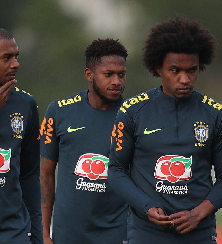 Los jugadores de la selección brasileña Fernandinho (i) Fred (c) y Willian (d) participan en un entrenamiento en la Granja Comary, en la ciudad de Teresópolis (Brasil). (Foto Prensa Libre: EFE)
