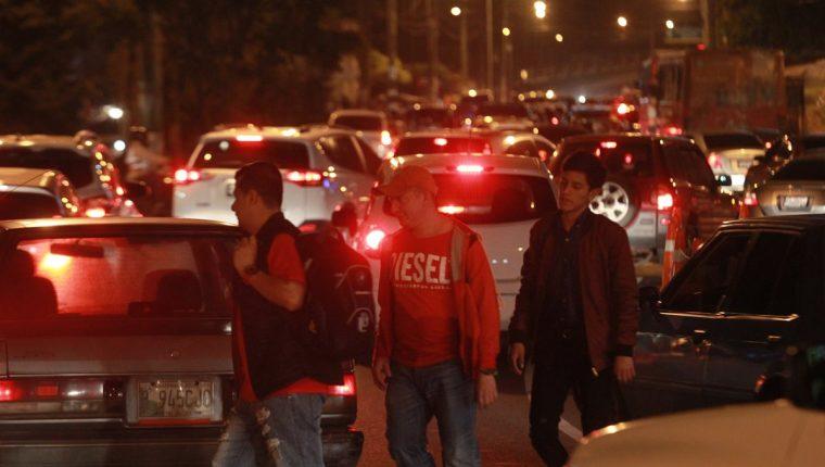 Quienes asisten a la universidad por la noche afrontan serias dificultades para llegar a sus clases.(Foto Prensa Libre: Hemeroteca PL)