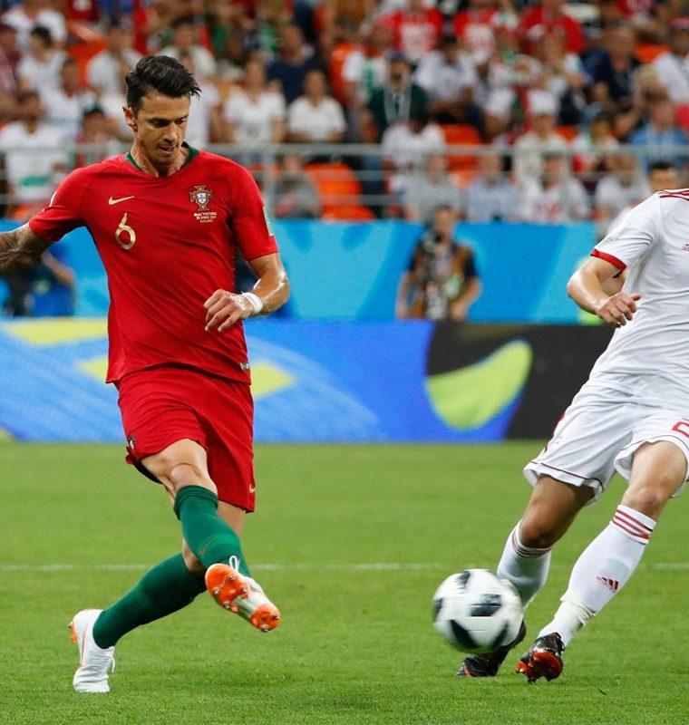 Jose Fonte disputa un balón con el iraní Sardar Azmoun durante el duelo de esta tarde. (Foto Prensa Libre: AFP)