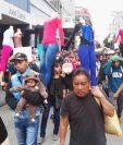 Vendedores muestran mercadería durante marcha en la Sexta Avenida. (Foto Prensa Libre: Jerson Ramos)