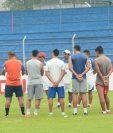 Los jugadores evitaron hablar con los medios de comunicación sobre los problemas que enfrenta Suchi. (Foto Prensa Libre: Omar Méndez)