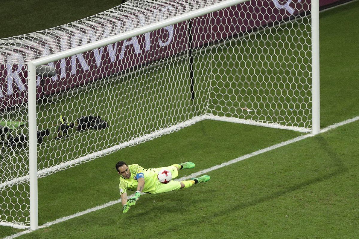 Claudio Bravo detuvo tres penaltis para que Chile eliminara a Portugal en la definición por el pase a la final de la Copa Confederaciones. (Foto Prensa Libre: AP)