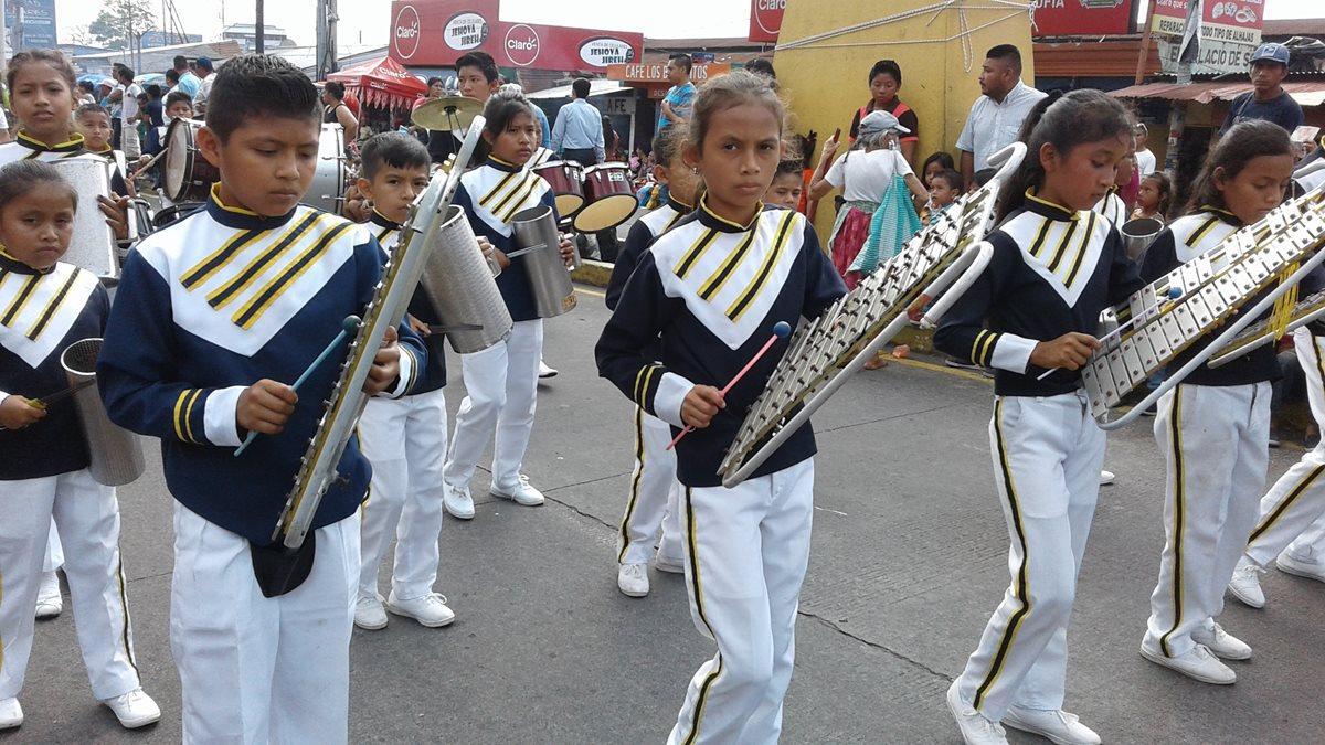 Bandas musicales alegraron el desfile inaugural en Mazatenango. (Foto Prensa Libre: Melvin Popá)