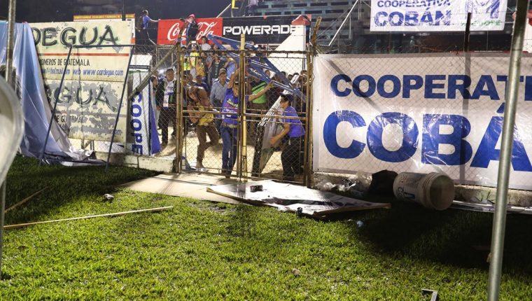 Los aficionados que sean identificados por la directiva de Cobán Imperial no tendrán ingreso al estadio Verapaz. (Foto Prensa Libre: Francisco Sánchez)