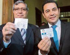Jafeth Cabrera y Jimmy Morales cuando reciben sus credenciales como candidatos a vicepresidente y presidente, respectivamente, por el partido FCN-Nación. (Foto Prensa Libre: Hemeroteca)