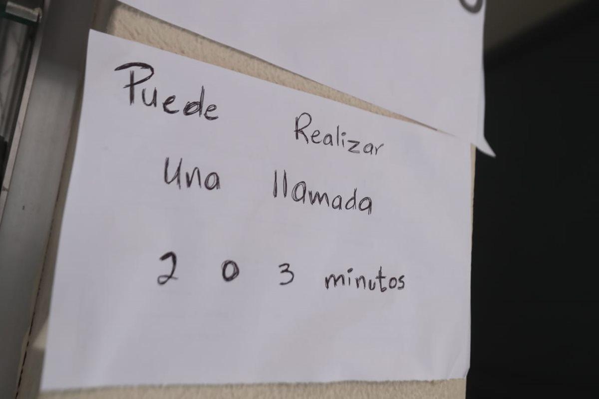 Migrantes pueden hacer una llamada corta sus familias.  (Foto Prensa Libre: Juan Diego González)