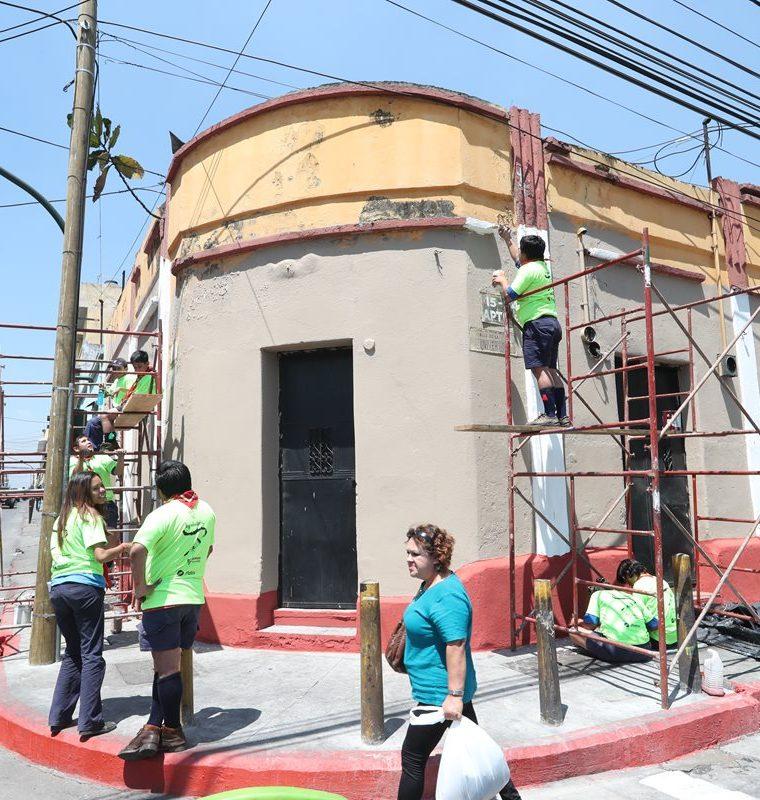 Labor de remozamiento de un edificio en la esquina de la 9a. avenida y 17 calle, zona 1. (Foto Prensa Libre: Óscar Felipe Quisque)