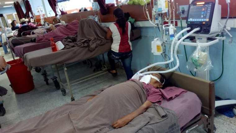 Algunos pacientes del Hospital General San Juan de Dios son ventilados en área no adecuadas, según la PDH. (Foto Prensa Libre: Óscar Rivas)