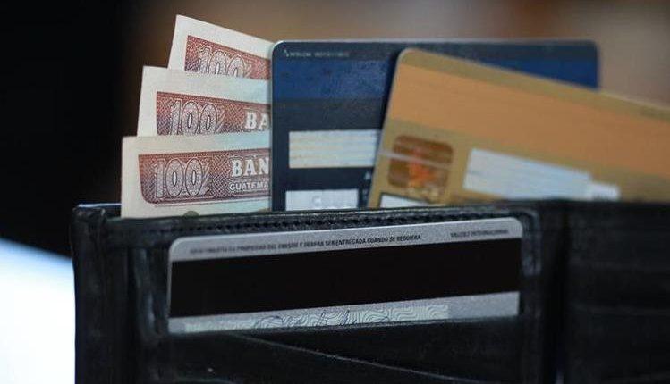 La primera Ley de Tarjetas de Crédito establecía diversos controles y normativas pero la CC recibió 14 acciones de inconstitucionalidad contra ese decreto. (Foto, Prensa Libre: Hemeroteca PL).