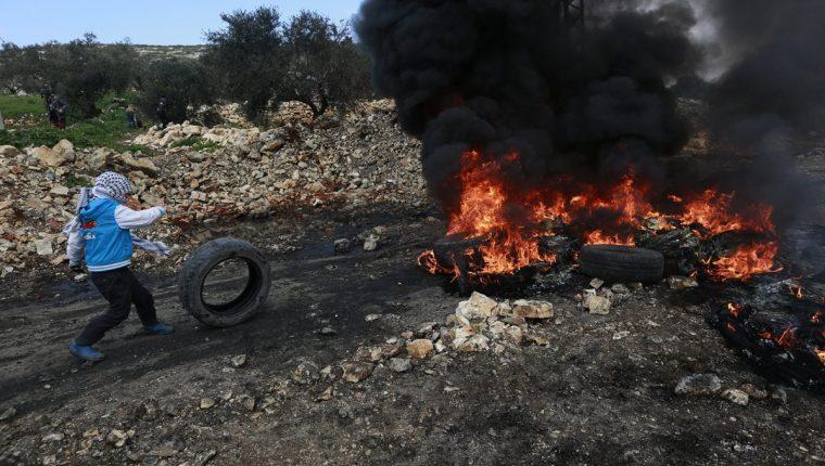 Los enfrentamientos entre palestinos e irsarelíes han repuntado. (Foto Prensa Libre: EFE)