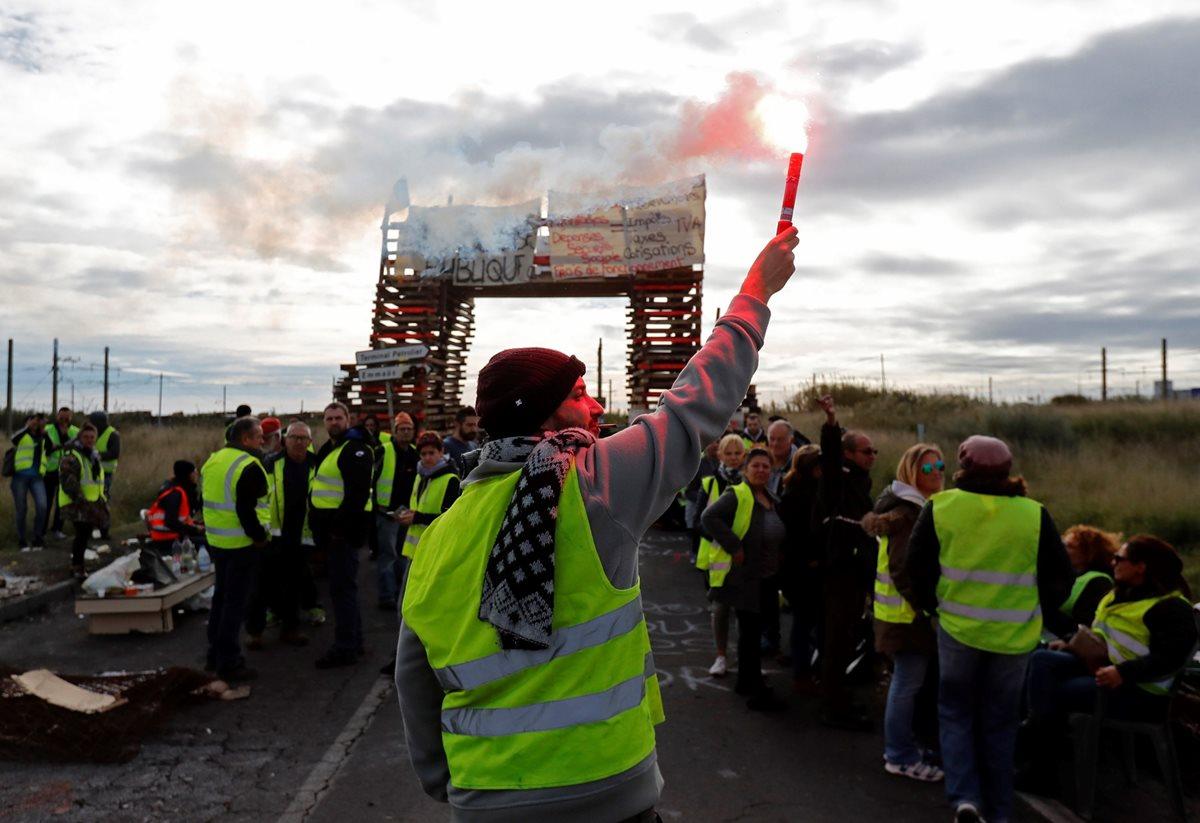 """Manifestantes de los """"chalecos amarillos"""" bloquearon el acceso a una refinería de petróleo de Frontignan, Francia. (Foto Prensa Libre: EFE)"""