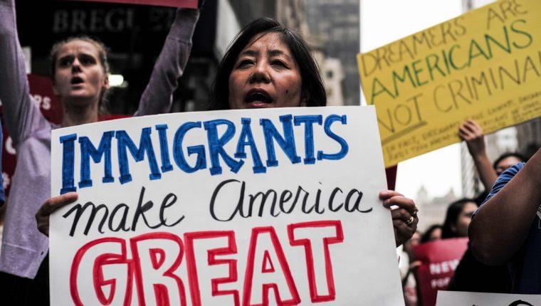 Activistas protestan contra las medidas antimigratorias de Trump, en Nueva York. (Foto Prensa Libre: AFP)