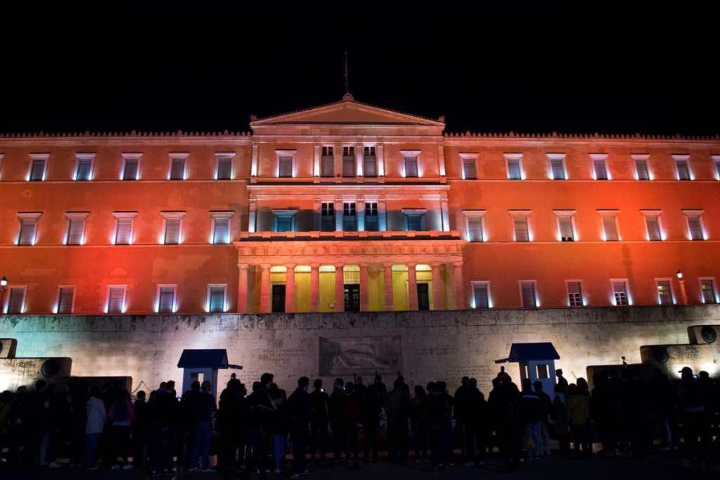 El Parlamento griego se ilumina de naranja para el Día Internacional de la Eliminación de la Violencia Contra la Mujer.