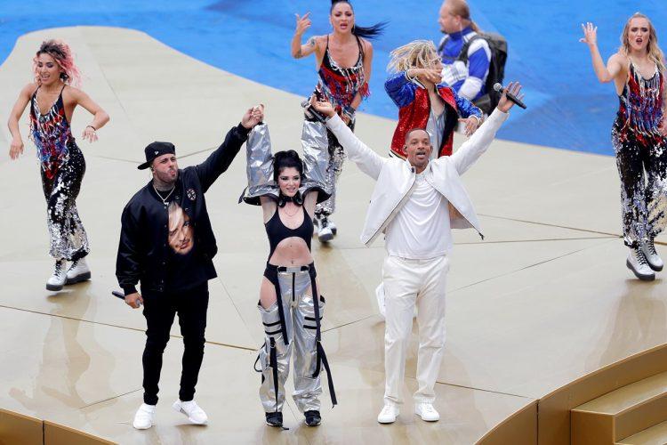 El actor y rapero estadounidense Will Smith, su compatriota Nicky Jam y la cantante kosovar Era Estrefi actúan durante la ceremonia de clausura del Mundial de Rusia 2018 celebrada antes del partido Francia-Croacia