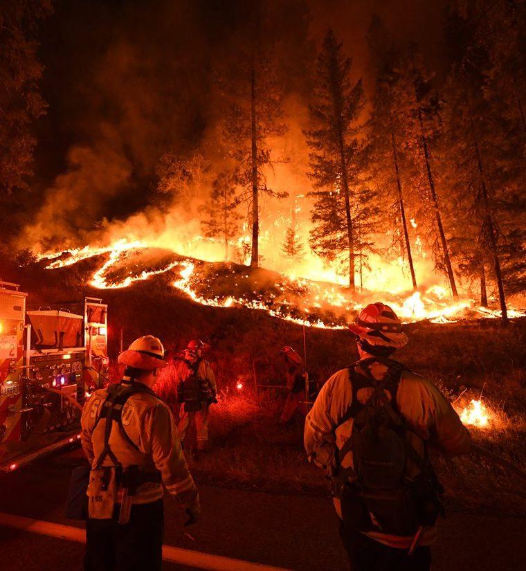 Los bomberos combaten el incendio de Carr en Douglas City y Lewiston cerca de Redding, California. (AFP)