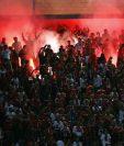 Un estudio científico independiente ha confirmado los riesgos para la seguridad y la salud que conlleva el uso de objetos pirotécnicos en los estadios de futbol. (Foto Prensa Libre: Hemeroteca PL)