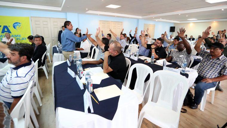 Los asambleístas votaron en favor de ampliar el presupuesto de la Federación Nacional de Futbol. (Foto Prensa Libre: Carlos Vicente)