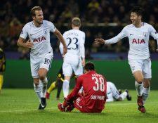 El jugador de Tottenham Heung-Min Son celebra con su compañero Harry Kane luego de anotar el gol del triunfo frente al Borussia. (Foto Prensa Libre: AFP)